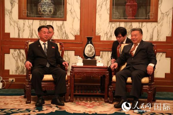 招待会开始前,中国驻朝鲜大使李进军(右)与朝鲜内阁副总理李龙男进行会谈 ( 人民网记者  莽九晨摄)