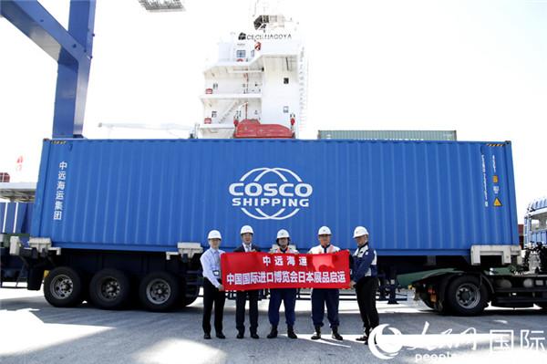 由中远海运集团承运的中国国际进口博览会展品在位于日本东京的青海Y1码头装箱。