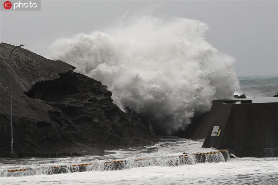 """当地时间10月12日,日本三重县熊野市,台风""""海贝思""""逼近,当地海岸巨浪滚滚。ICphoto版权作品,请勿转载。"""