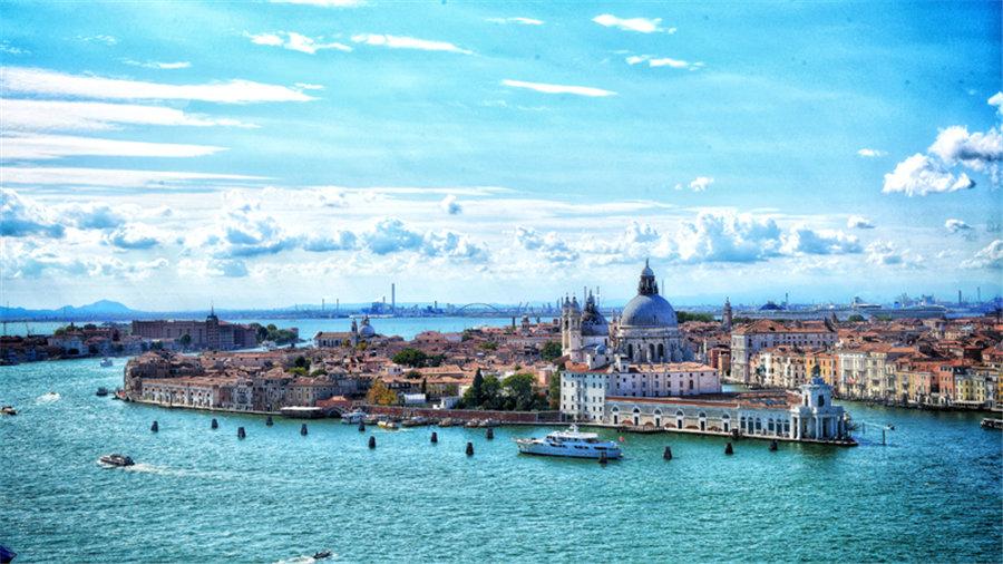 """威尼斯是意大利东北部城市,亚得里亚海威尼斯湾西北岸重要港口。由118个小岛组成,并以 177条水道、401座桥梁连成一体,以舟相通,有""""水上都市""""""""百岛城""""""""桥城""""之称。摄影文字:张书豪"""