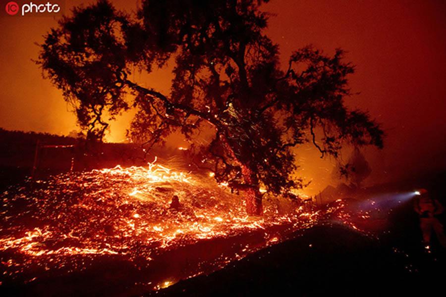 当地时间2019年10月24日,美国加州盖瑟维尔,当地发生森林火灾,由于强风加剧火势,当地居民被迫撤离,过火之处陷入一片红色的火海,场面十分震撼。据悉,加州有近20万户家庭和企业停电,公用事业公司警告说,由于强风等条件助长了野火蔓延,有数十万人有可能很快也会同样遭遇停电。IC photo版权作品,请勿转载。