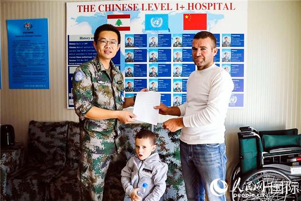 赛义德-艾尔-胡维加将感谢信交给第18批赴黎巴嫩维和医疗分队队长李如振。(黄世峰 摄)