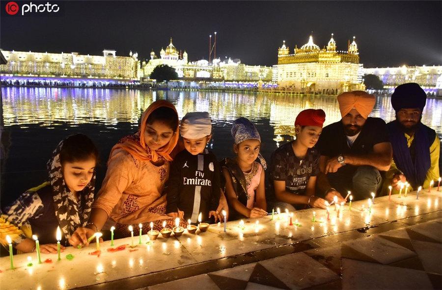 印度庆祝排灯节 金庙被点亮金碧辉煌