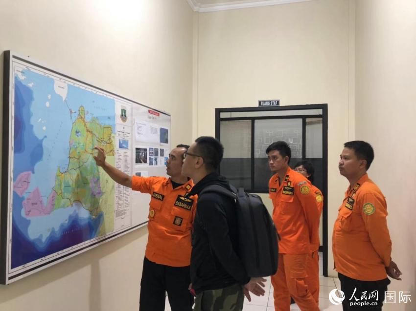 11月3日晚,印尼搜救人员正在向中国驻印尼大使馆工作人员介绍搜寻工作情况。