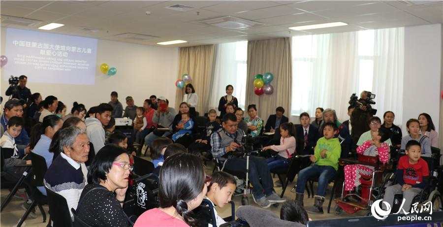 中国驻蒙古国大使馆向蒙古国残疾儿童家庭献爱心