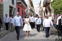 西班牙国王夫妇访古巴 手牵手逛哈瓦那