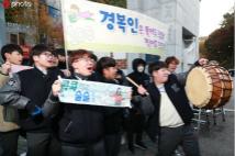 韩国高考首日 学弟学妹场外献祝福