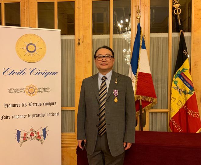 中国艺术家柳旭日获颁法兰西共和国国民...