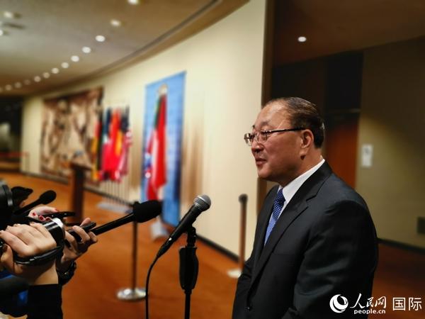 张军大使在会后接受记者采访。