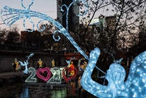 韩国圣诞节预热:彩灯装饰点亮清溪川