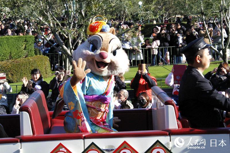 迪士尼经典卡通人物身着日式传统服装在东京迪士尼乐园与国内外游客欢度新年。(李沐航摄)