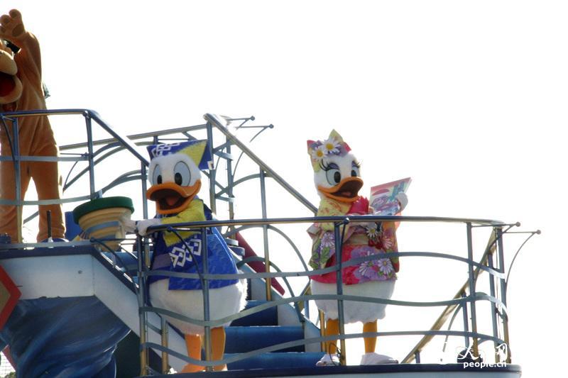 迪士尼经典卡通人物身着日式传统服装在东京迪士尼海洋乐园与国内外游客欢度新年。(李沐航摄)