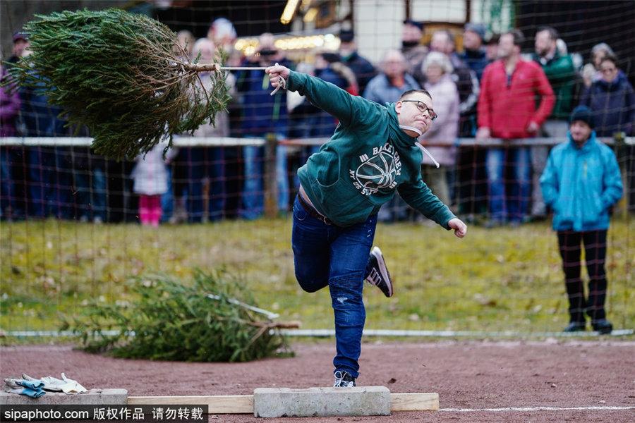 欢乐多多!世界扔圣诞树锦标赛在德国举行