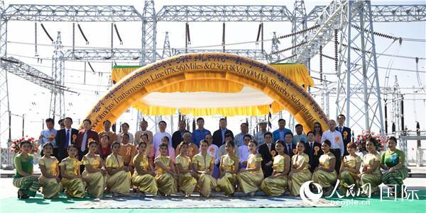 缅甸北克钦邦与230千伏主干网联通工程竣工仪式中缅双方合影。孙广勇摄