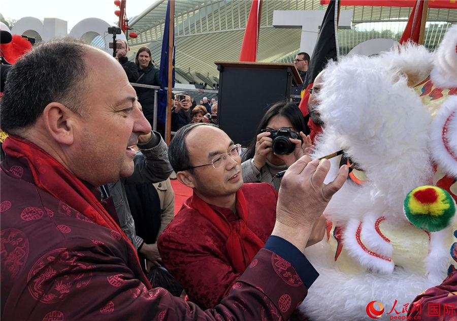 中國駐比利時大使曹忠明與當地嘉賓共同為舞獅點睛。記者 任彥 攝