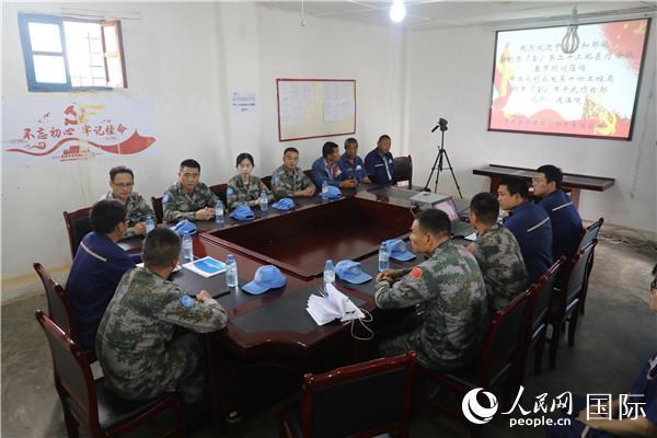中国赴刚果(金)维和医疗队春节前为中资企业义诊巡诊