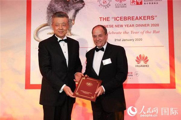 中国驻英国大使刘晓明向48家集团俱乐部主席斯蒂芬·佩里转交国务院副总理胡春华贺信