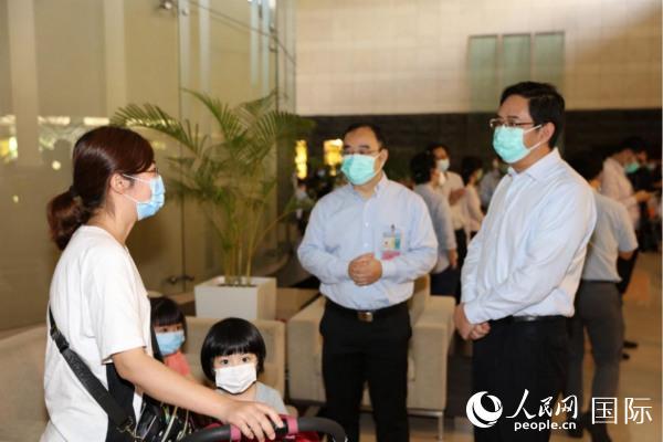 在新加坡滞留的147名湖北籍同胞乘民航包机回到武汉