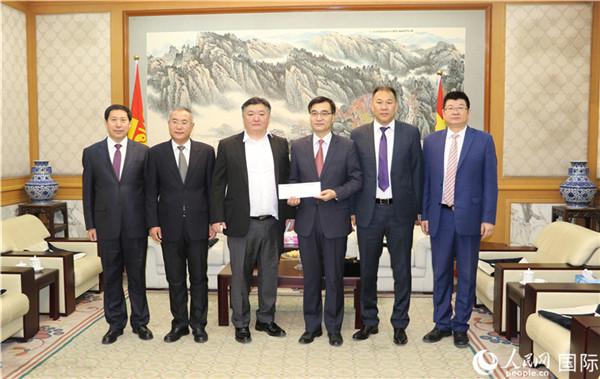 2月5日,中国新任驻蒙古国大使柴文睿(右三)在使馆会见当地爱善心企业人士。