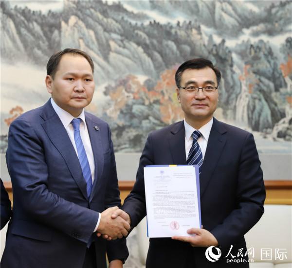 2月10日,柴文睿大使接收蒙古国工商会阿木尔图布辛(左)主席捐赠善款。