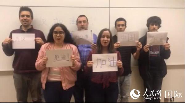 波尔图大学汉语学生为中国加油,为武汉加油(图片由波尔图大学孔子学院提供)