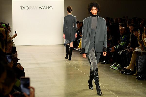 2月11日,美国纽约时装周,模特展示中国时尚品牌 TAORAY WANG 2020秋冬系列作品。(李凉 摄 )