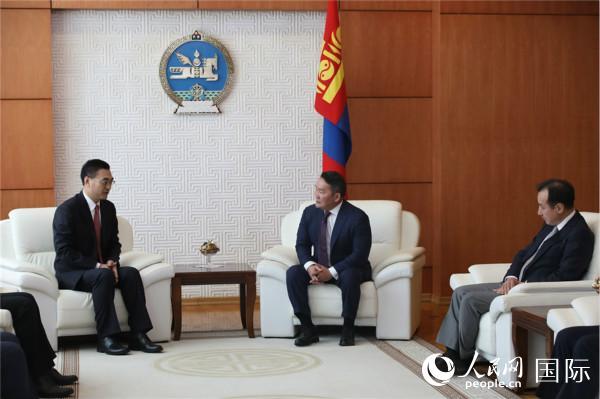 中国驻蒙古国大使柴文睿(左)向巴特图勒嘎(中)总统递交国书。(图片来源:蒙古国总统网站)