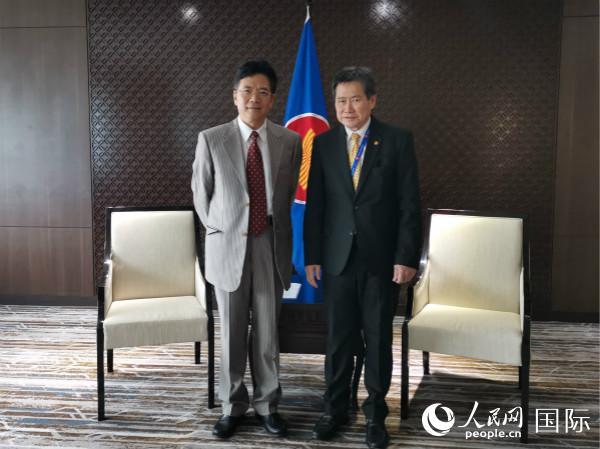 图为中国驻东盟大使邓锡军(左)在东盟秘书处会见东盟秘书长林玉辉(图片由中国驻东盟使团提供)