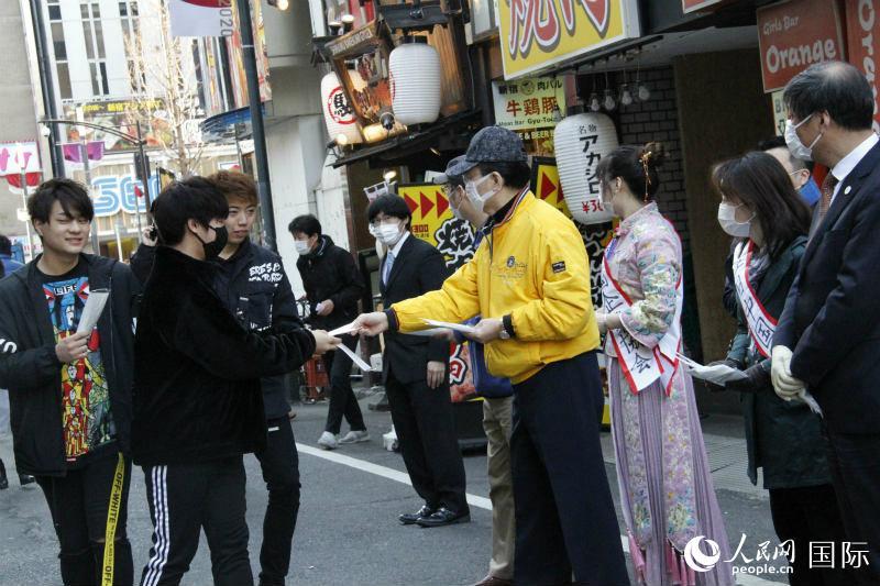 2月24日, 在日中国企业协会会长王家驯走上东京街头为日本人免费分发口罩