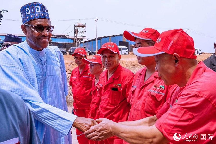 尼日利亚总统布哈里为翁多临沂工业园慰问园区工作人员(西非华文报供图)