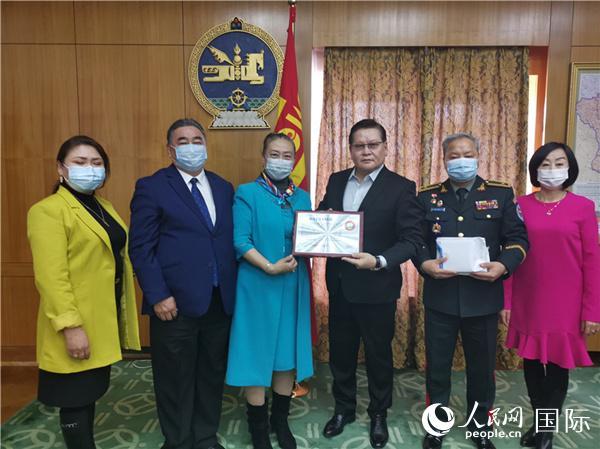 3月16日,蒙古国副总理恩赫图布辛(右3)接受旅蒙华侨蒙中友谊学校校长江仙梅(左3)捐赠款项。