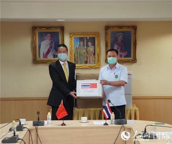 中国政府援助泰国抗疫物资在泰国卫生部举行交接仪式