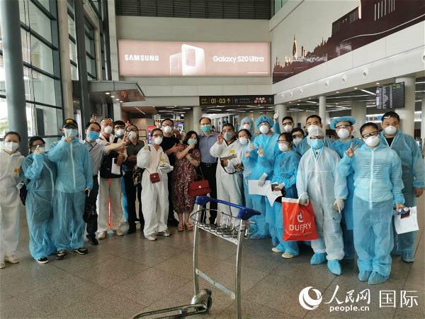 中国驻柬埔寨大使馆协助146名滞柬中国乘客回国