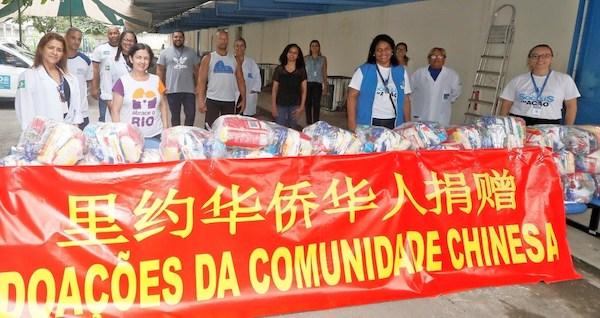 """巴西侨胞为里约贫民区赠""""菜篮子"""""""