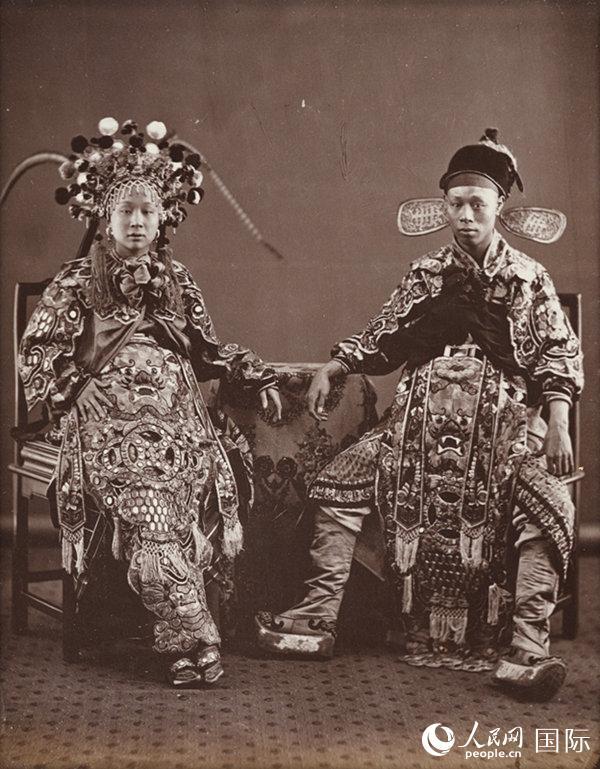 两位身着艳丽戏服的京剧演员。黎芳摄