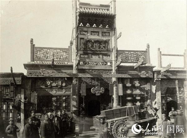 图为19世纪70年代的北京商铺 托马斯·查尔德摄
