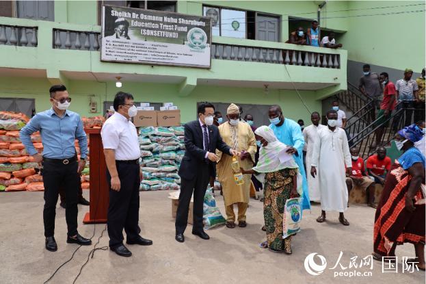 向当地民众捐赠物资(驻加纳使馆供图)