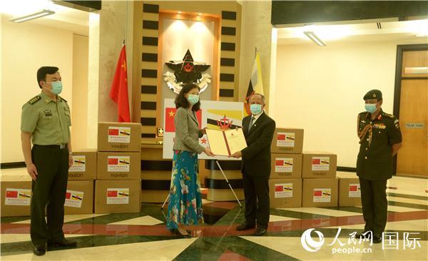 中国人民解放军向文莱皇家武装部队捐赠抗疫物资。中国驻文莱大使馆供图。