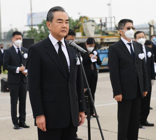 王毅赴机场接已故中国驻以色列大使杜伟回家