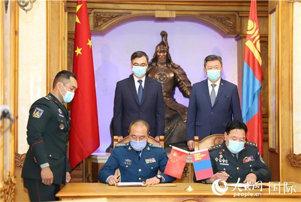 5月26日,中国国防部向蒙古国军队提供防疫物资援助交接仪式在蒙国防部举行。