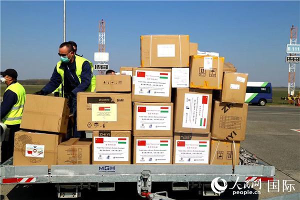 中国向匈牙利增援的医疗物质抵达布达佩斯国际机场。