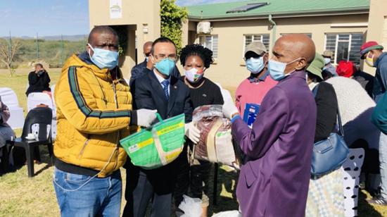 南非思维铂业公司等旅南中资企业向当地社区捐赠抗疫生活物资