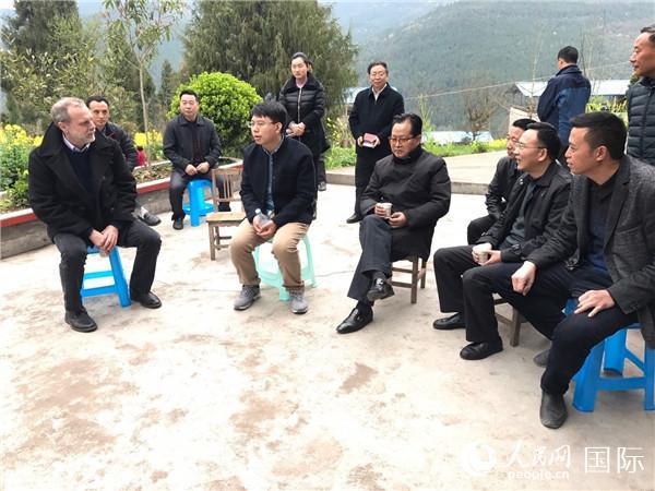 图为2017年3月16日本杰明·戴维斯与四川省广元市旺苍县当地村民座谈,了解扶贫小额信贷项目。 左一为本杰明·戴维斯。