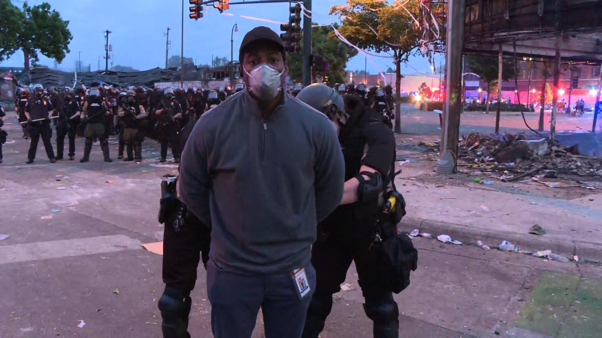 凌晨五点,CNN正直播美国骚乱,警察冲进镜头把记者抓