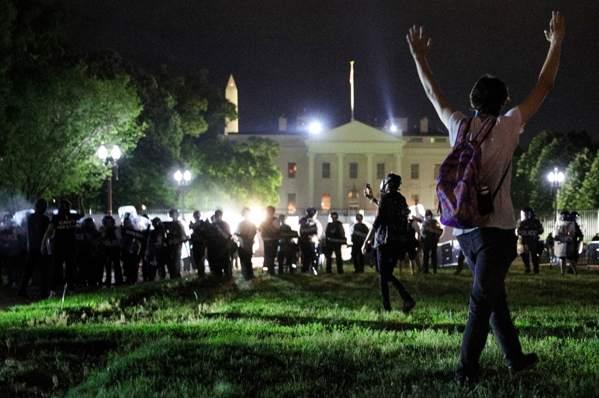 特朗普称将以最凶恶的狗和最凶狠武器对付示威者