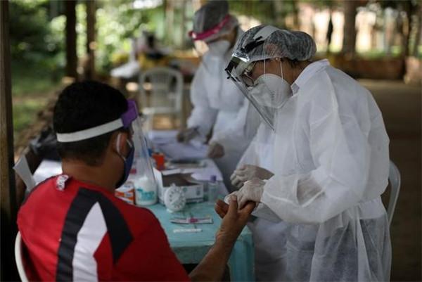 5月29日,在巴西马瑙斯,别名外子批准新冠病毒检测。(新华社/路透)