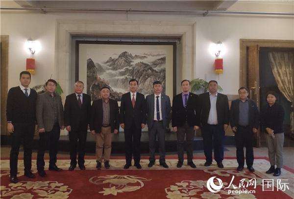 6月9日,中国驻蒙古国大使柴文睿同蒙古国科学院下属国际关系研究所所长卓勒宝及该所中国问题研究学者举行座谈。