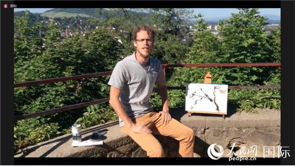 来自弗赖堡大学的科勒在展示水墨画作品。