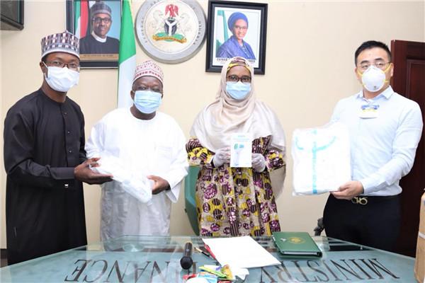 中国长城家产公司常驻尼日利亚代表胡世凯(右)向尼财务部长艾哈迈德移交抗疫物资。(尼日利亚财务部供图)