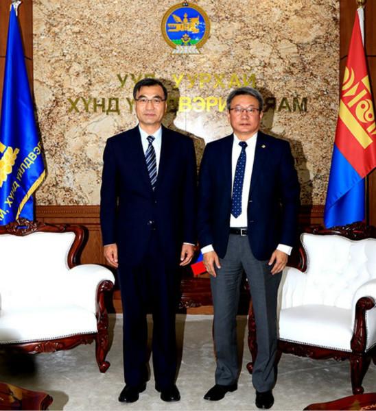 2020年7月29日,中国驻蒙古国大使柴文睿会见蒙古国新任矿业与重工业部长云登(右)。(图片来自蒙矿业与重工业部网站)